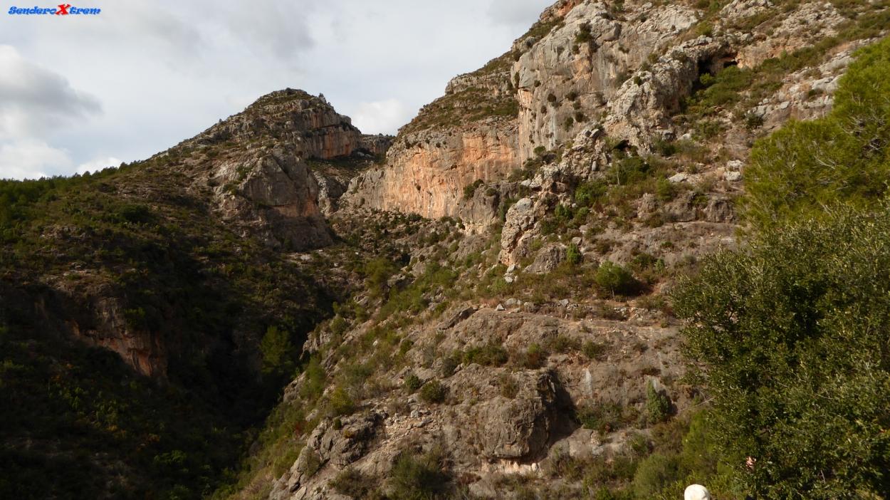 Vista sobre el Barranco de la Llosa y la zona de escalada