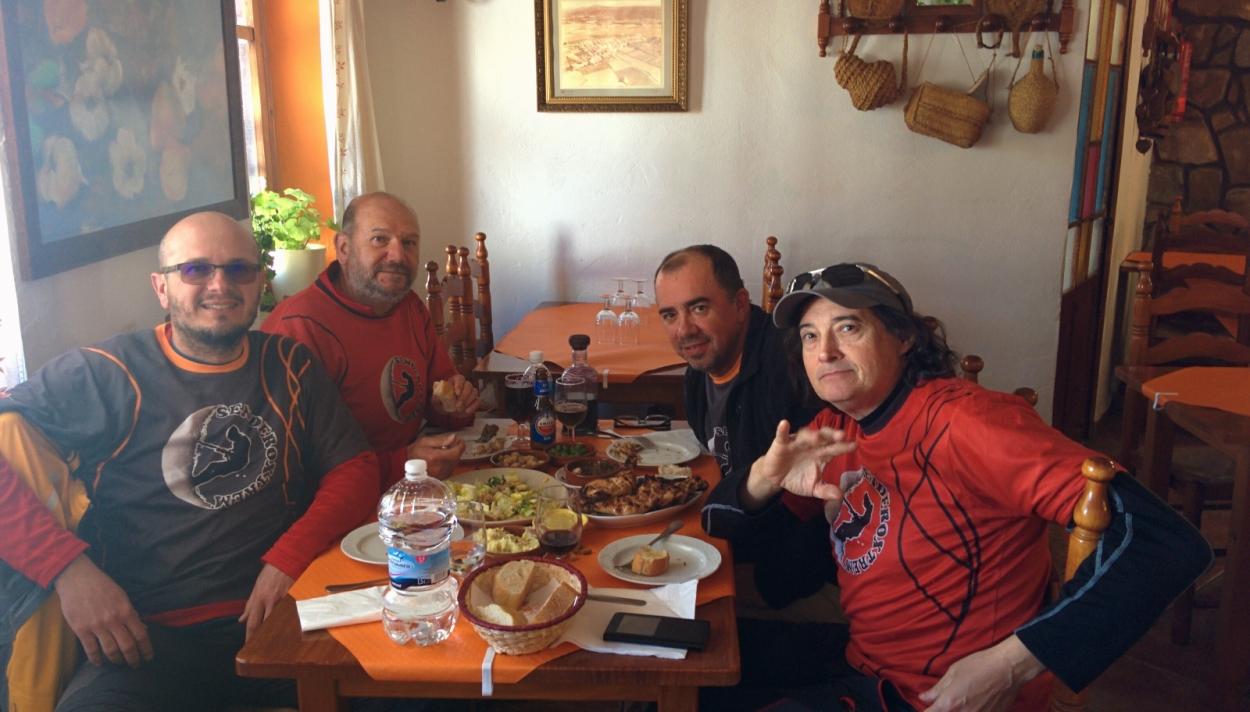 Disfrutando de los manjares en Casa Bar la Sartén, en la Portera