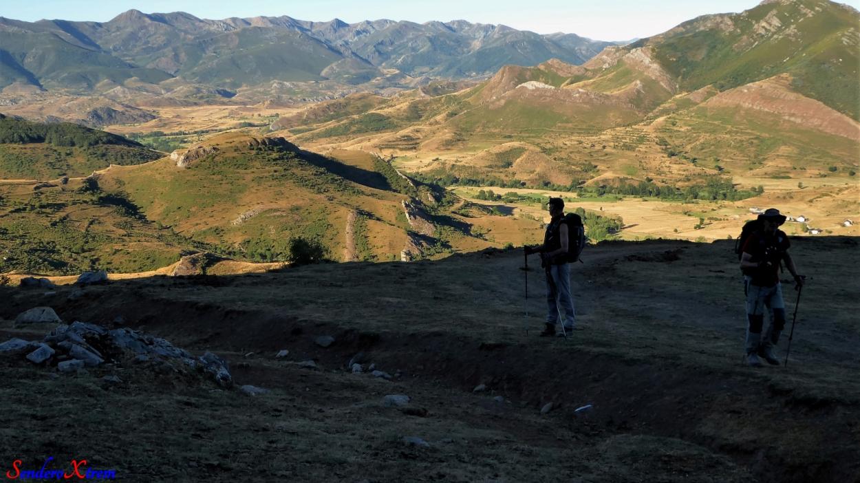 Torrebarrio escondido detrás de la Peña del Aguila